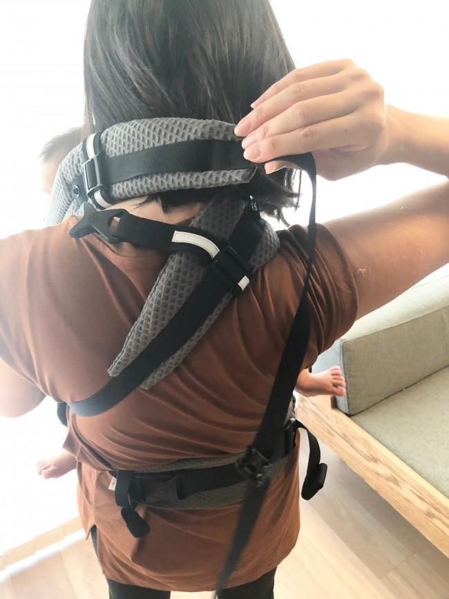 肩ベルトを背中で左右交差して…