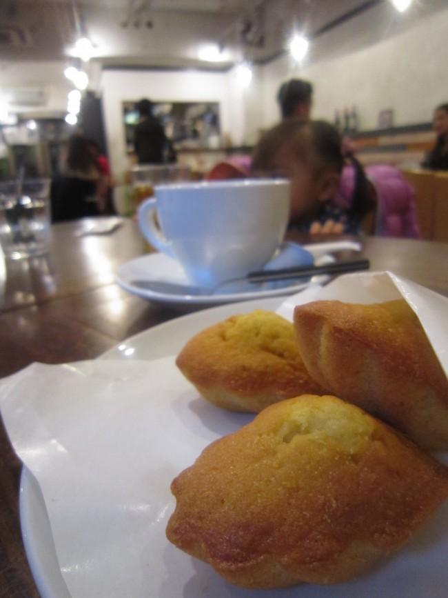 手のひらサイズのマドレーヌは、子どもにもうれしい甘さひかえめ。ランチだけでなく、カフェとしての利用も◎