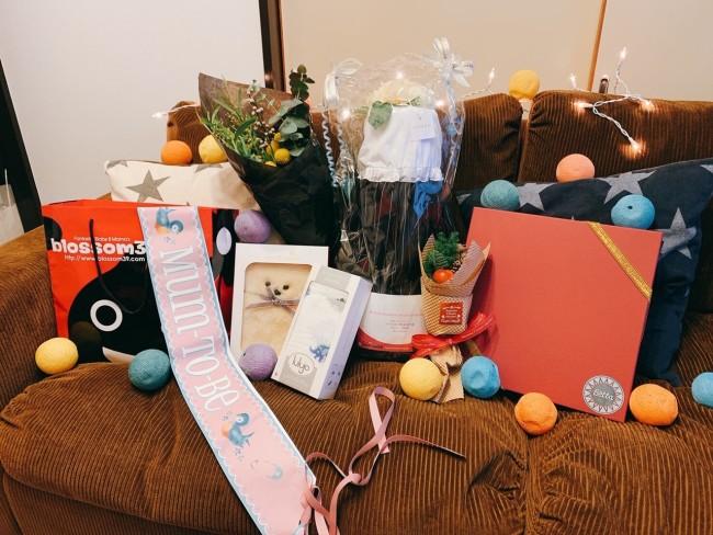 友人宅に到着すると、ソファーに出産祝いが! お部屋も可愛くデコレーションしてくれていました