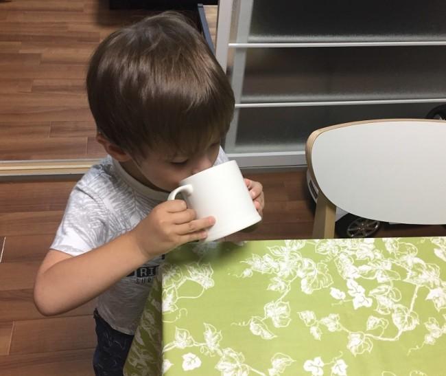 今では上手にコップでごくごく飲めるようになった息子。コップ飲みできるようになるまでの3ステップを紹介します
