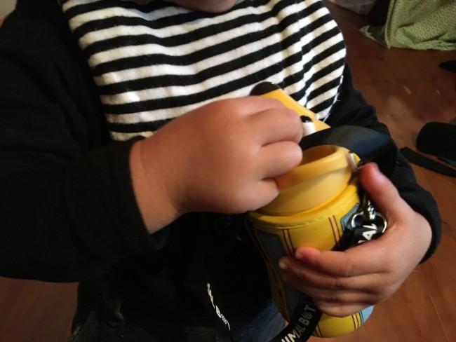 子どもの手でもグイッと開閉ができます。でも、漏れません