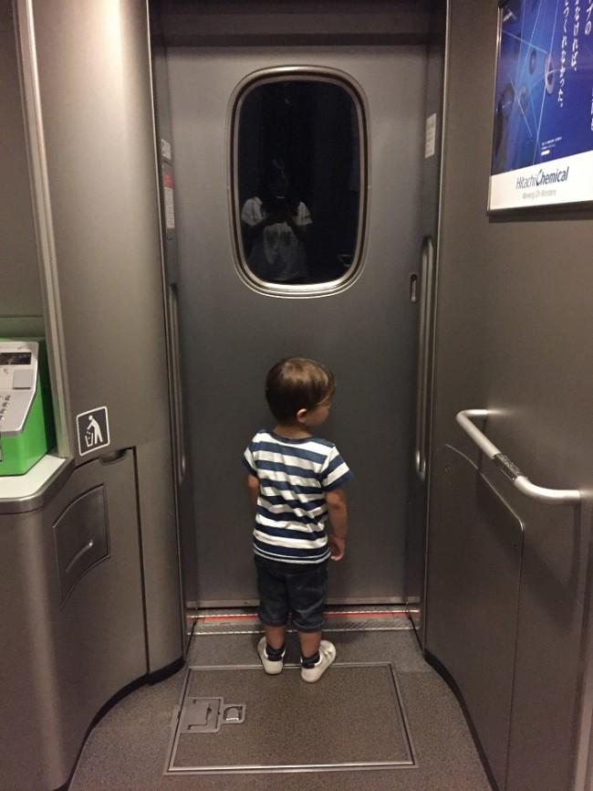 連結部分は列車の走行音が子どもの声をかき消してくれます