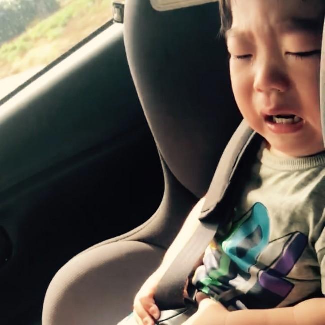 チャイルドシートの固定を「ガチャイヤ〜!」と暴れる息子。はっきり2語を喋ったのはこの時が初めて!