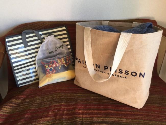 いろいろリサーチした結果、3つのバッグを使い分けることに…。シマシマの袋はバスタオルなど汚れたものをポイポイ入れるようにしっかりした百均の大きめのビニールの袋を。下着などは袋にまとめて。