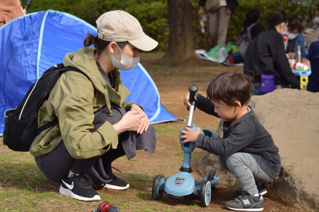 押し棒やペダルのある三輪車とは違う見た目に、息子も興味津々!