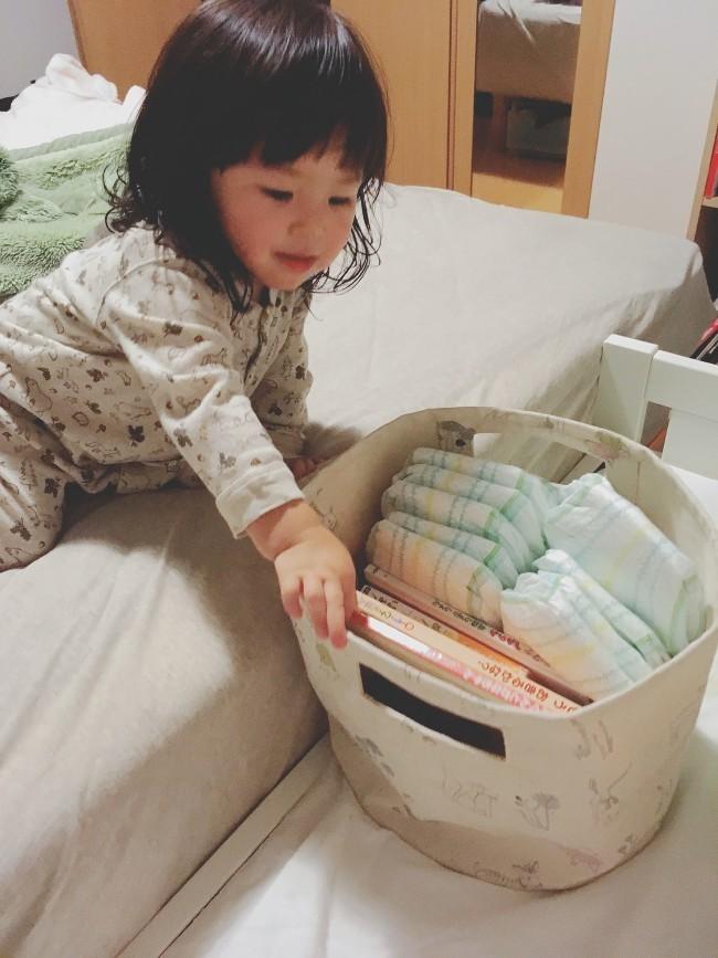 絵本やおくるみなどと一緒に、夜に使うおむつを寝室のカゴにセット