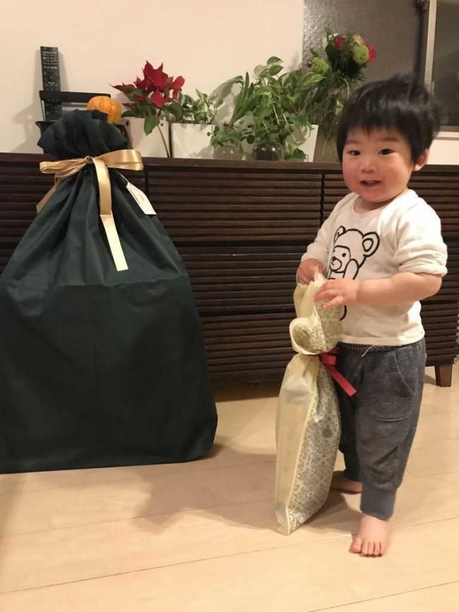 最初はプレゼントの存在をスルーしてましたが、ママが中身をチラ見せしたら「うわあああ~!」と夢中に!