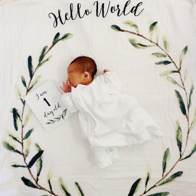生後1日目の写真を収めるのに、ルルジョの月齢フォトおくるみを持参♡