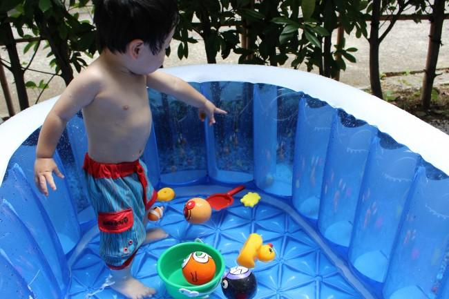 プールに張る水嵩も、お風呂同様浅めに! 好きなおもちゃを浮かべればより楽しそう