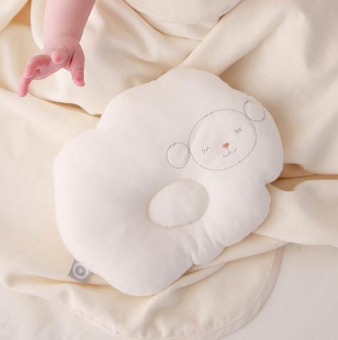 赤ちゃんの睡眠をサポートするベビーピロー。ふんわりして気持ちよさそう♡