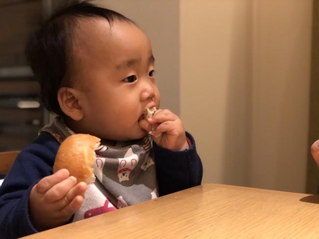 食の進みが遅くて悩んでいたお姉ちゃんと比べて、食べることに関しては問題なさそうな弟