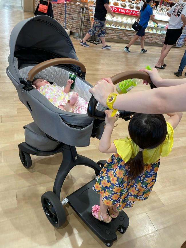 まるいハンドルは、角度を調整することで、パパママ&上の子の両方が、しっかり掴めます