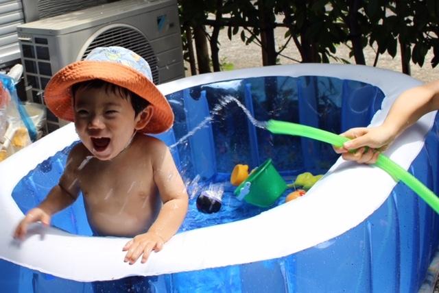お庭でプールは、子どもも楽しく、ママも安心の夏の遊びです!