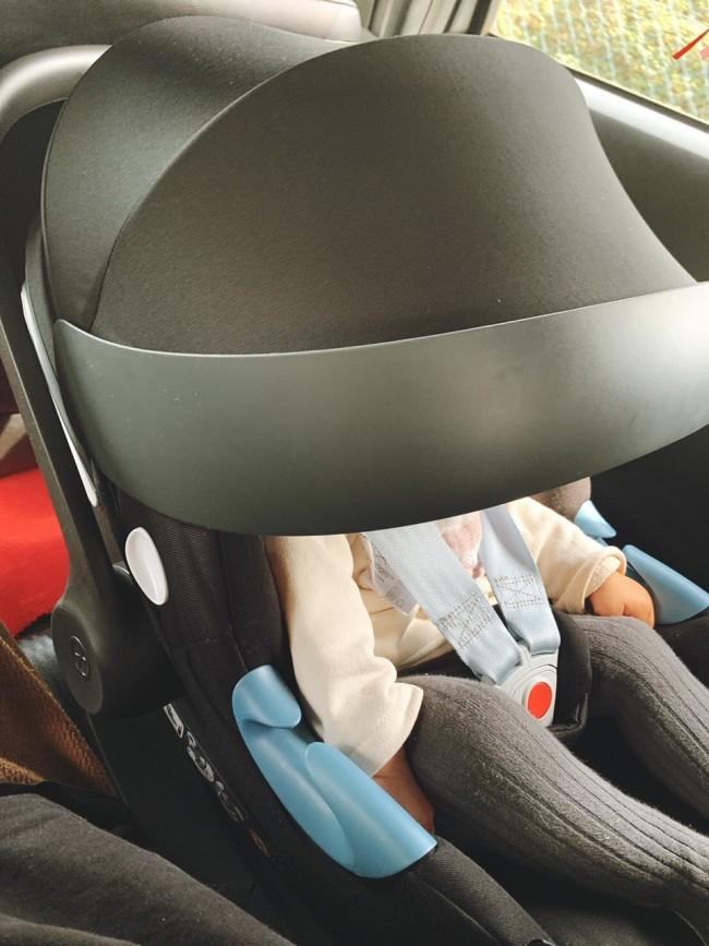 大きなサンキャノピーは、ベビーカー装着時はもちろん、車のなかでもしっかりと紫外線をガードしてくれる優れもの