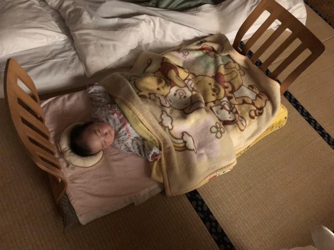 座椅子で即席ベビーベッド風に。朝もゆっくり寝てくれて、居心地がよかったようです♪