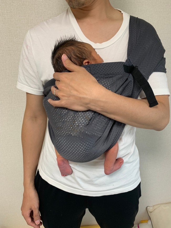 赤ちゃんが無理ない正しい姿勢に。パパも上手に抱っこできます