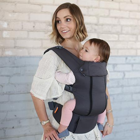 すっきりデザインが、ママのファッションを邪魔せずうれしいところ! オンライン限定カラーなので、購入はサイトから♪