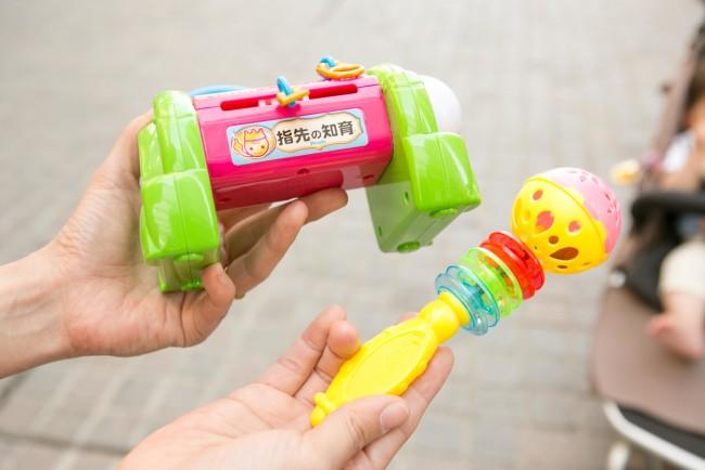 おもちゃは音のでるものや、指先を使うものがお気に入り。小さなサイズを持ち歩いています