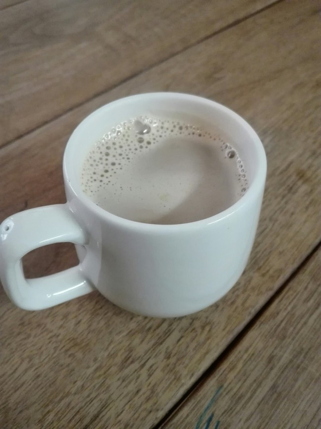 お鍋に残ったカラメルにミルクを注いで、甘いキャラメルミルクに!