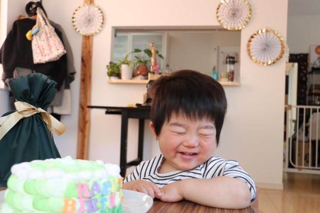 大きなケーキに大喜び! 一番小さいサイズでもけっこう大きいので、大人2人と息子だったら2食分くらい