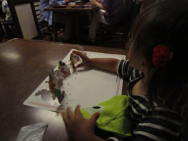 レストラン北斎にて。子ども用のランチョンマットやエプロンを用意してくれます
