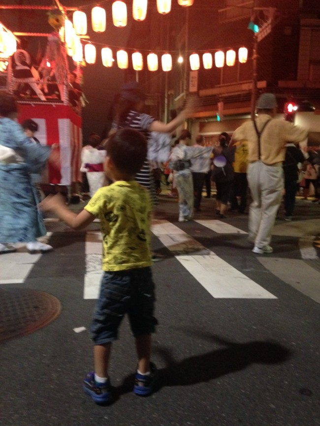 こちらは浅草の盆踊り。親も子も、よい夏の思い出に♪