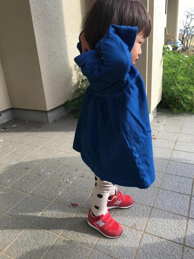 藍染した服を着る娘