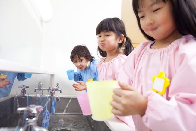 先日、茨城県日立市の認定こども園で園児ら131人に集団感染の疑いがあるというニュースが報道されました