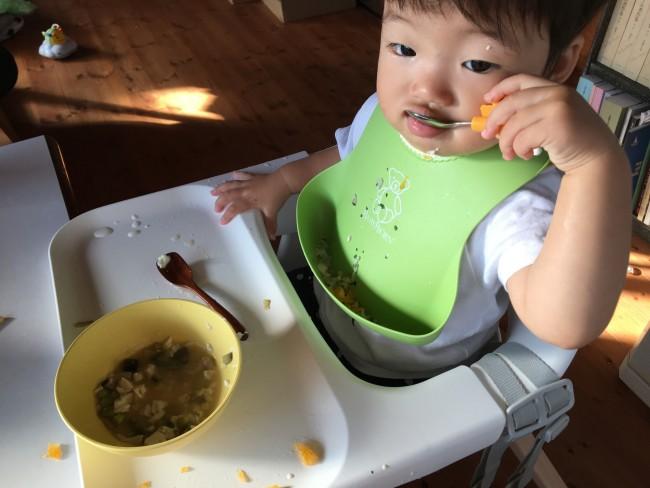 いつものスプーンはもう御役御免。キリンさんをガシッと掴んで、自分で食べまくる我が子!