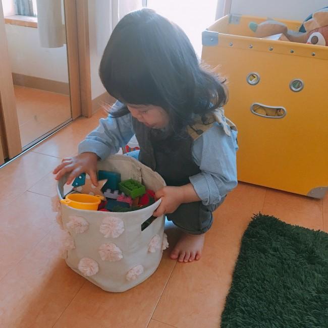 小さなミニズのなかにおもちゃを入れて、お買い物ごっこ♪ 自分で持ち運べる大きさが、とっても嬉しいみたい