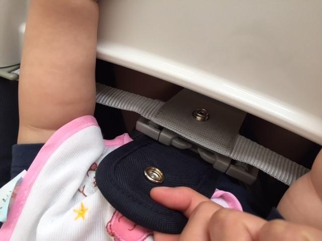 ベルトのバッグルにスナップボタン。二重で安全を確保