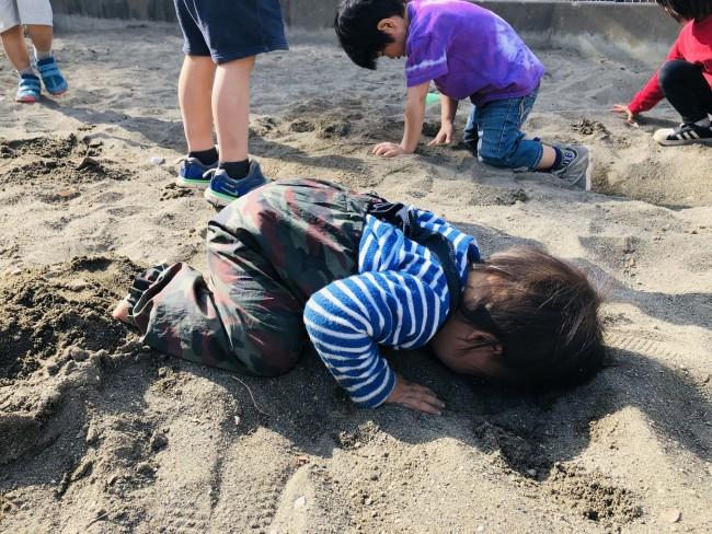 砂場を全身で体感する三男