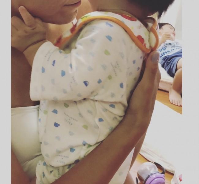 小さな赤ちゃんを長くうつ伏せにするのは体に負担がかかるので、あまり時間をかけずに素早く終わらせてあげてくださいね
