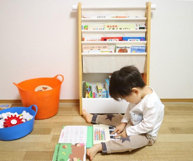 息子の絵本を入れている本棚。2歳になる今では、自分で選書してお片づけまでできるように