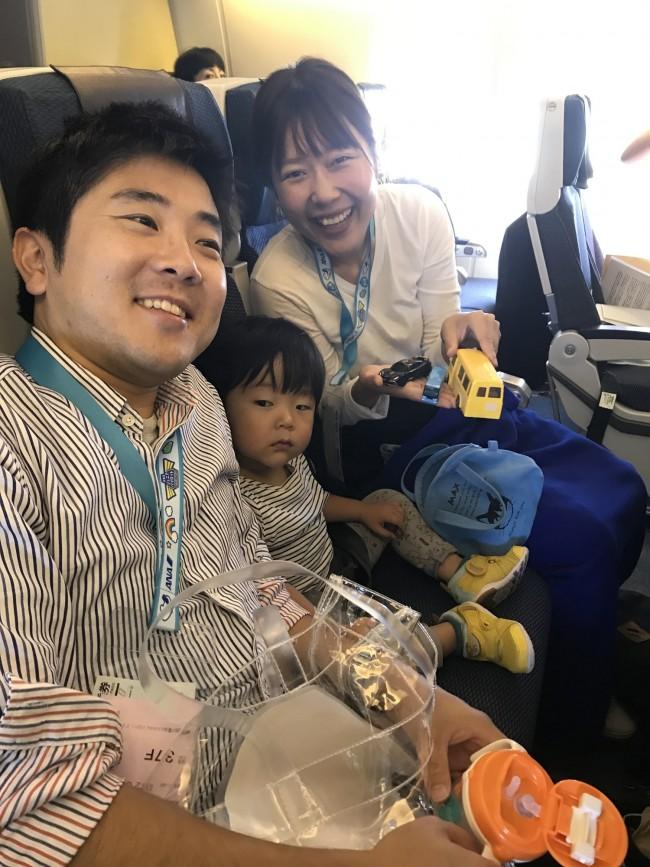 ワタナベさん親子。2歳9ヶ月のゆうたろうくんは、お気に入りの車のおもちゃを持ってきていました