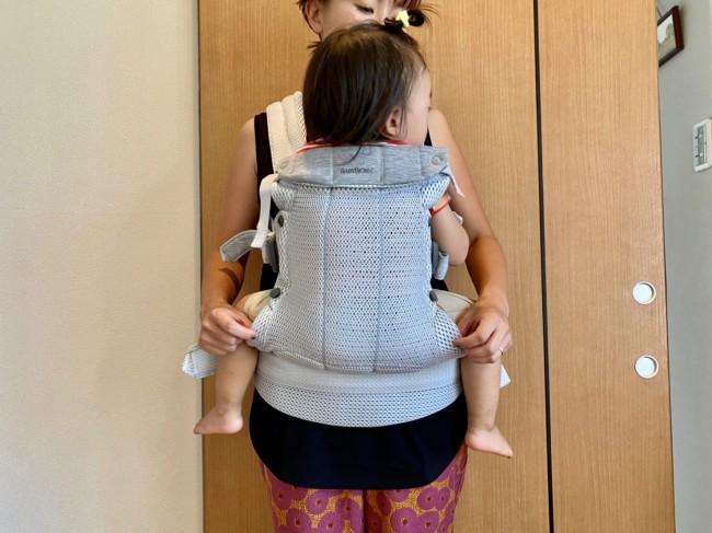 完成! 赤ちゃんのおでこは、ママがキスできるくらいの近さがベスト。抱っこが低い位置すぎるとパパママの体に負担がかかったり、赤ちゃんが落下するなどの危険があります