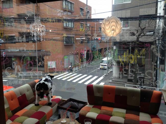 開放的でかわいい内装の店内で、代官山の街を見ながらランチ&パフェをいただけます♡