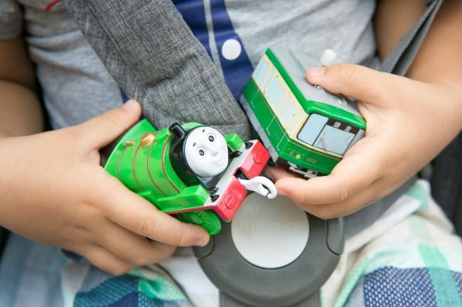 乗り物のおもちゃが大のお気に入り! かっこいいね!