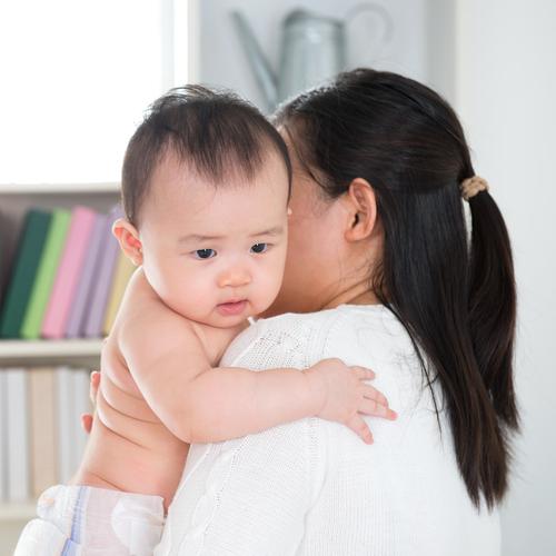 慣れない新米ママ&ベビーは、ゲップが上手にできなくて吐き戻してしまうことも…