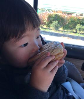 移動中のおやつはパンが便利♪ カラダ作りのことを考えて、おにぎりやパンもおやつに含めます