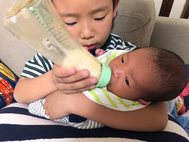 お兄ちゃんの授乳でも、安定して飲み続けています