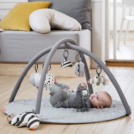 ゴロンと寝転がる赤ちゃんの頭上には、たのしいおもちゃがたくさん!