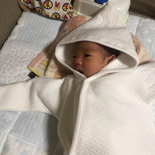 ふわふわと上質なキルティング生地のロンパース。新生児には白が似合います