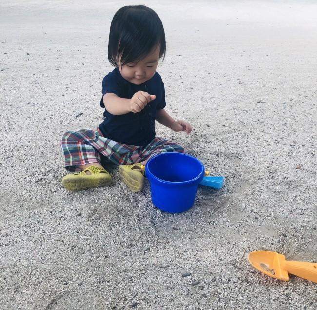 砂をにぎってバケツに入れる作業に勤しむ三男