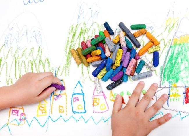 お絵描きに興味が出るのは1歳ころから。口に入れても害のない、安全素材のものを選びたいですね