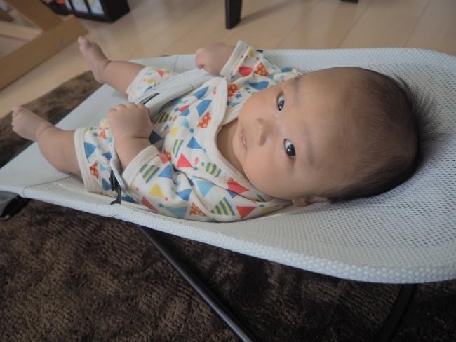 ソファーでくつろぐママと視線もぴったり♡ 自然な揺れが心地良いのか、バウンサーに乗せると泣きやんだり、よく寝てくれるという意見も多数