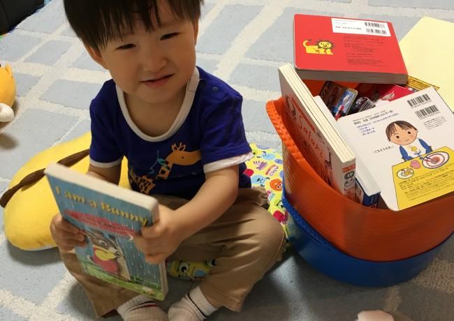 本棚から絵本をバスケットに入れて移動させて、部屋のどこでも読み始めます