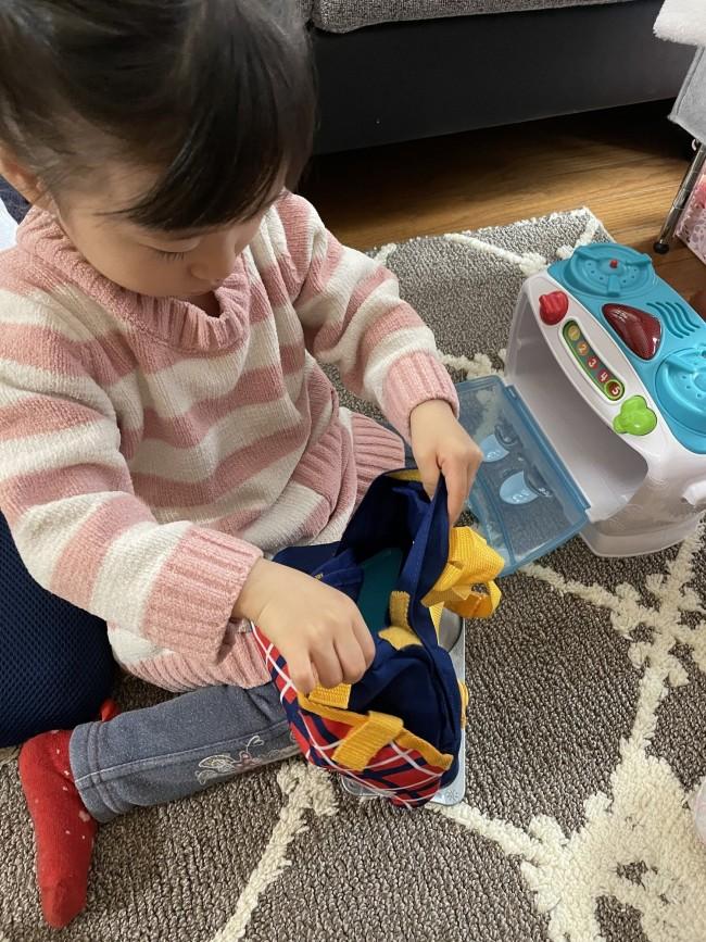 「お出かけするよ〜」と言うと自分で準備。2歳のお誕生日プレゼントのリープフロッグのおもちゃの中身を全部リュックへ…!