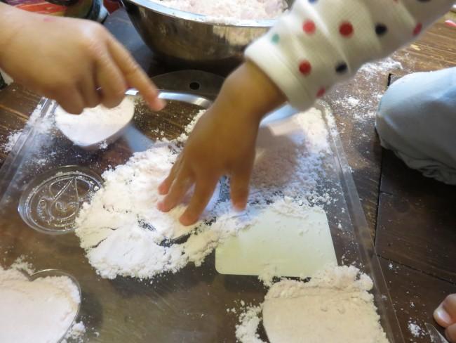 型に入れて成形します。家の中で粘土遊びしているみたいで楽しい!