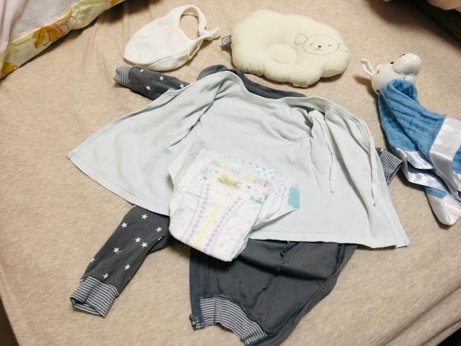 肌着と洋服を重ねて広げておくと、拭き上がった赤ちゃんを乗せて着せるだけ